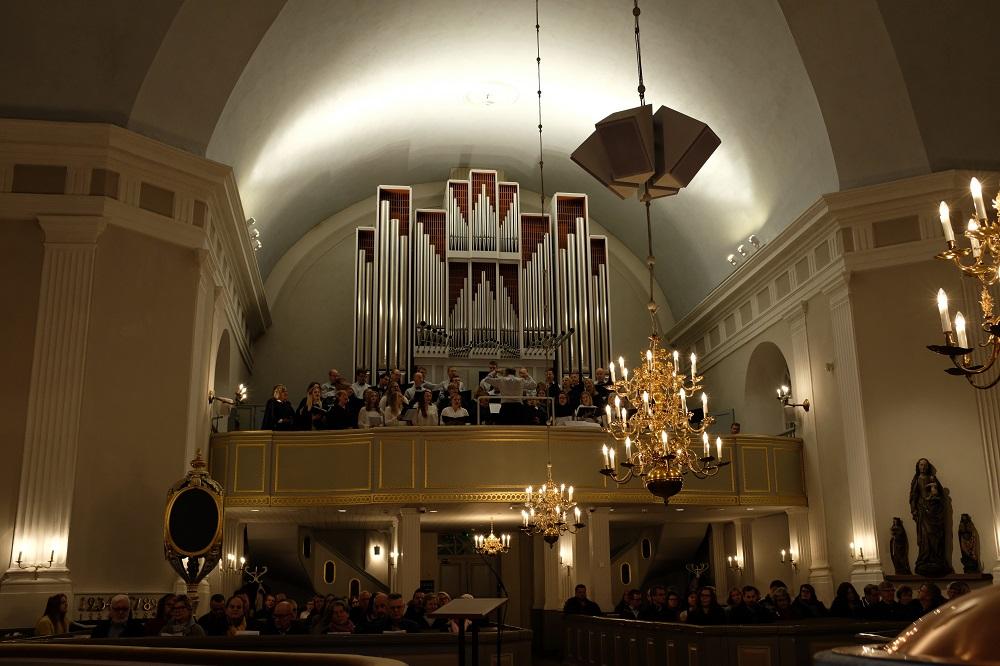 Orgelläktaren i Pedersöre kyrka med korister
