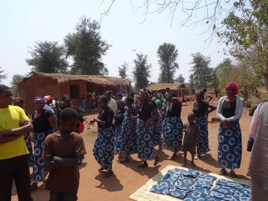 Afrikanska kvinnor säljer tyg.