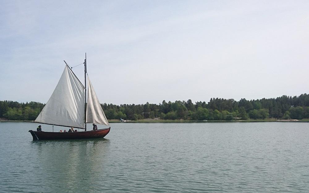 Allmoge båt seglar över fjärden.