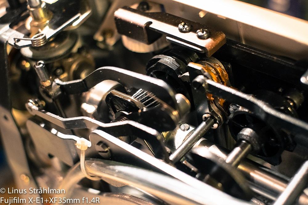 Insidan av en maskin med kugghjull och delar.