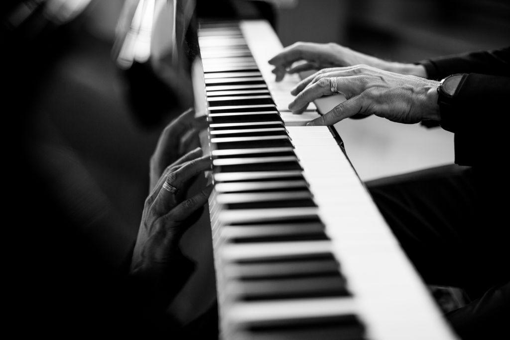 Någon som spelar på piano.
