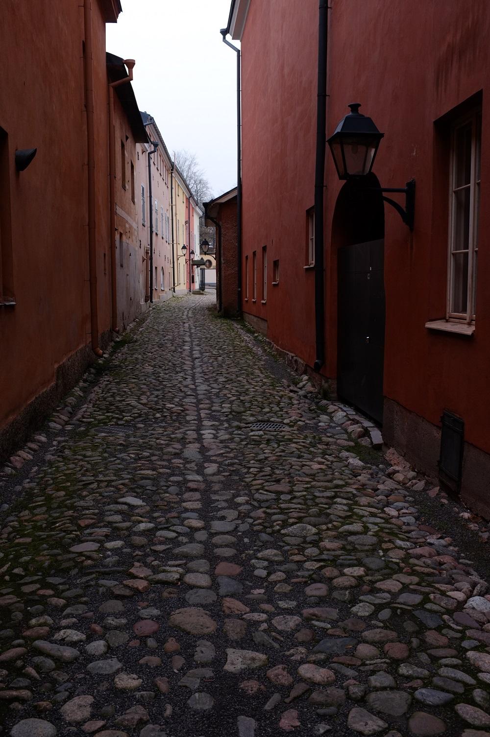 En smal gata med kullerstenar.