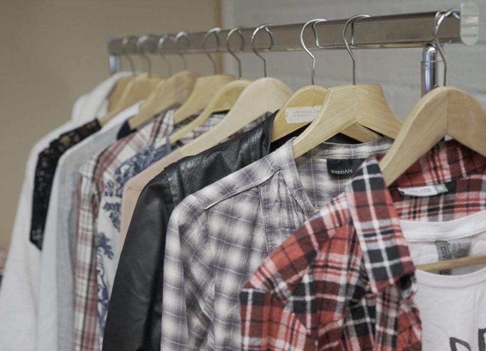 Kragskjortor upphängda på byglar.
