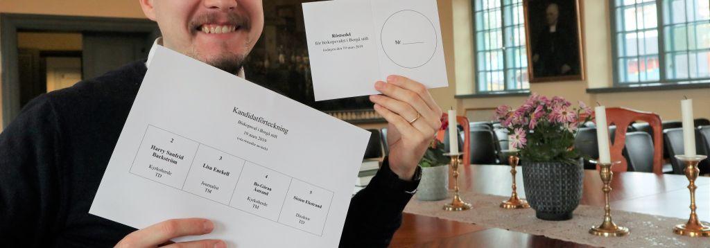 Notarie Linus Stråhlman visar upp röstsedlar.