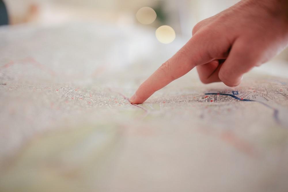 Pekar på karta med ett finger