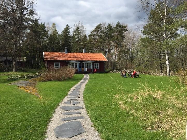 hus, grön gräsmatta, gång.