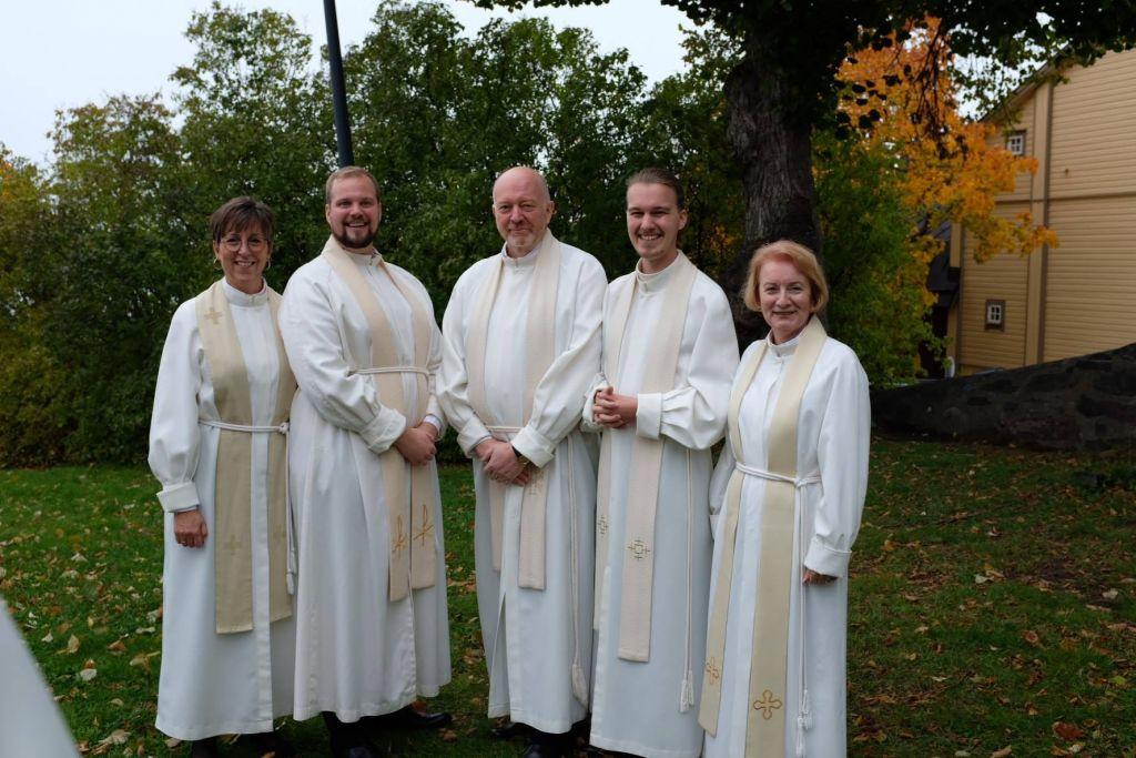 Präster i alba.