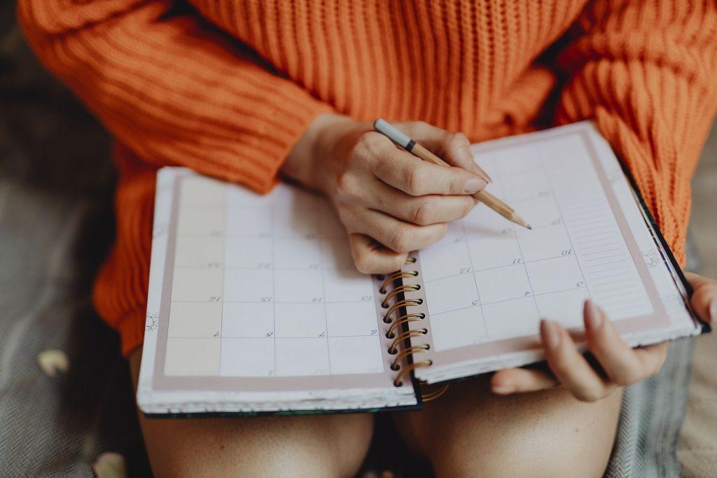 Perosn med kalender i handen