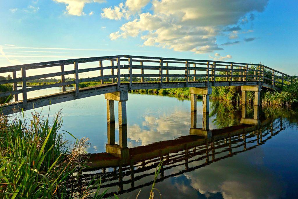 En bro över en älv