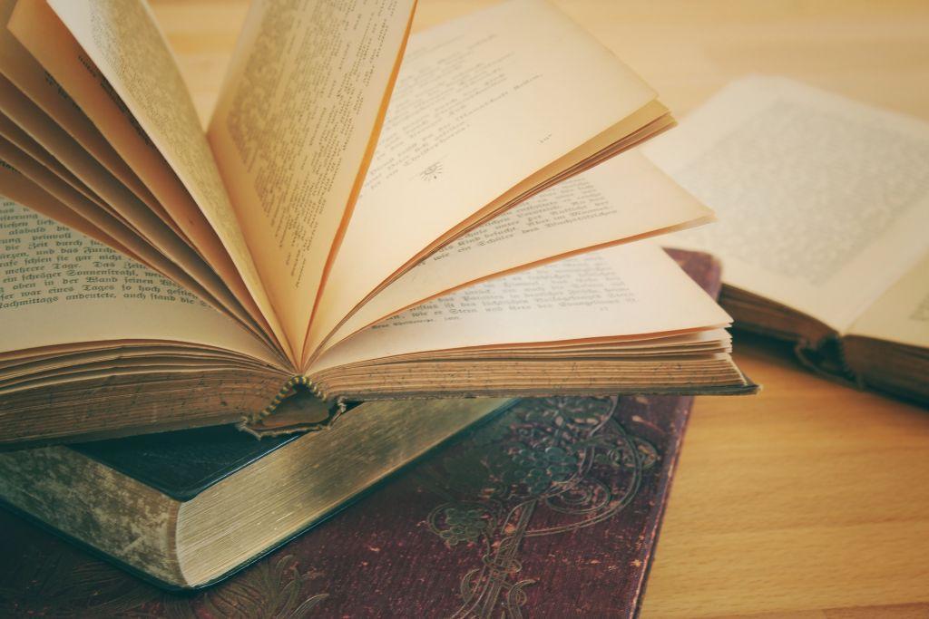 böcker i hög